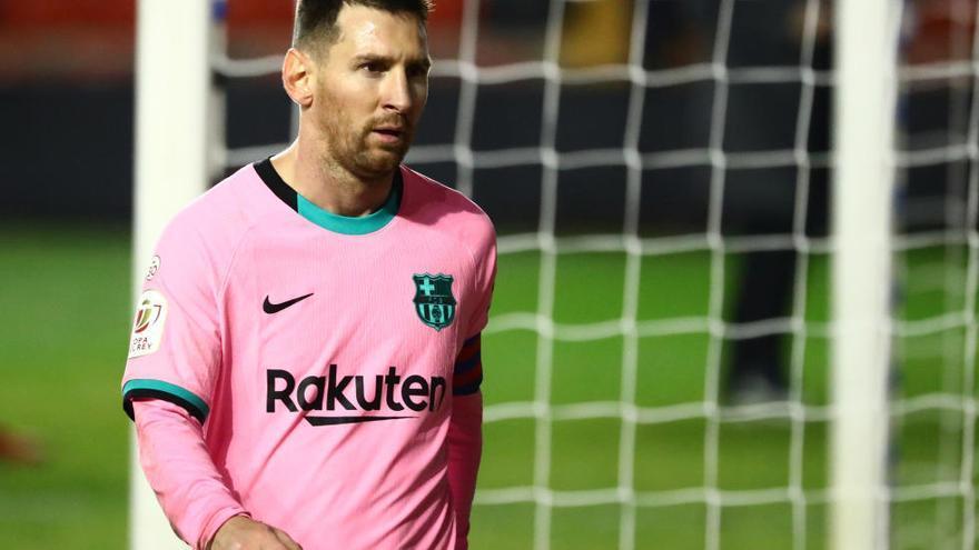 Messi y De Jong rescatan al Barcelona del sufrimiento en Vallecas