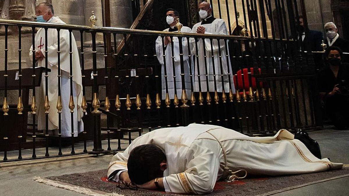 Juan José Carbajo reza sobre el suelo de la Catedral mientras escucha la letanía.
