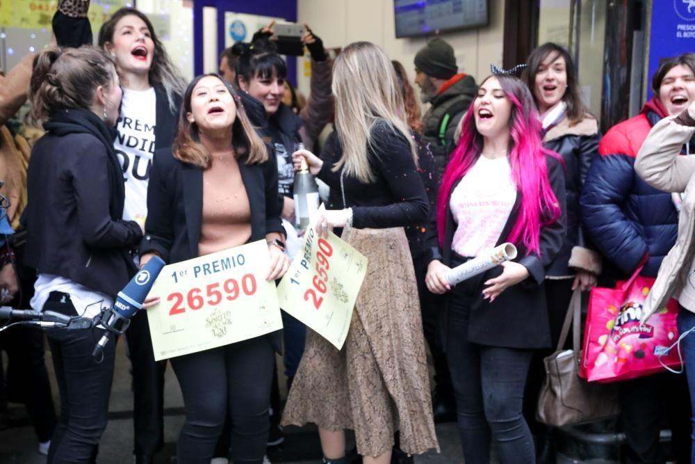 Un grupo de amigas celebra que les ha tocado 'El Gordo de la Lotería' en Doña Manolita.