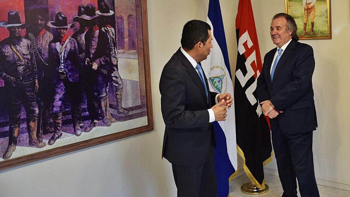 Carlos Midence, a la izquierda, junto a Franco Rodríguez, durante el nombramiento.