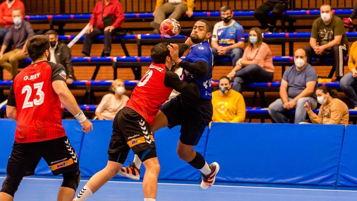 Ataque del BM Benidorm en el partido en casa, con público, de octubre pasado ante el Granollers.