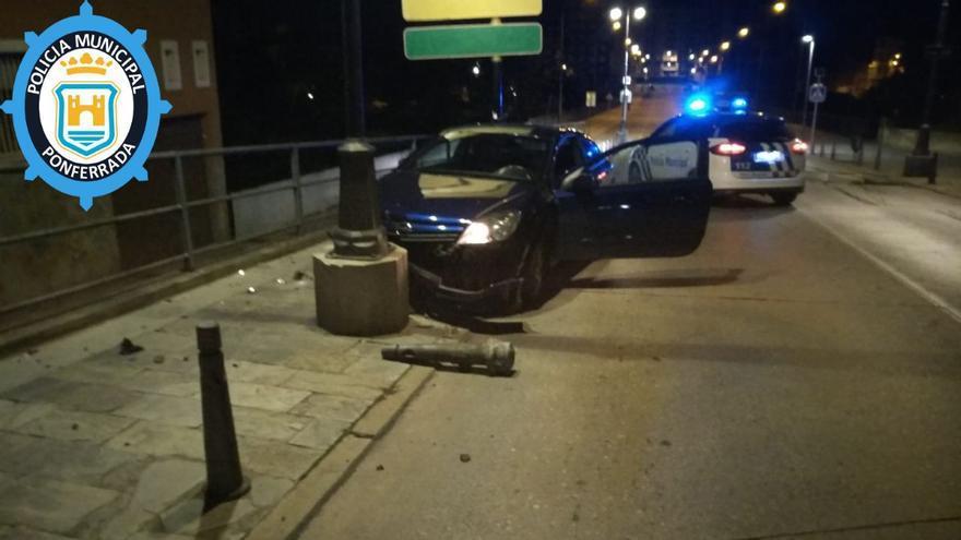 Un conductor que cuadruplicaba la tasa de alcohol se empotra contra una farola en Ponferrada