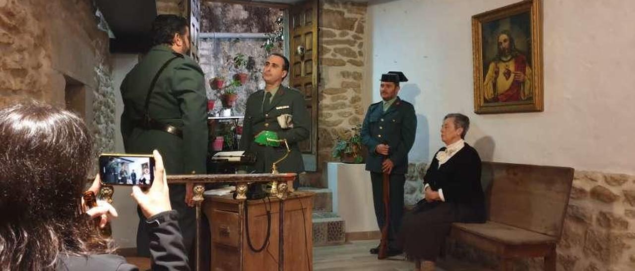 Bordás, en el centro, en el papel del capitán Gonzalo.