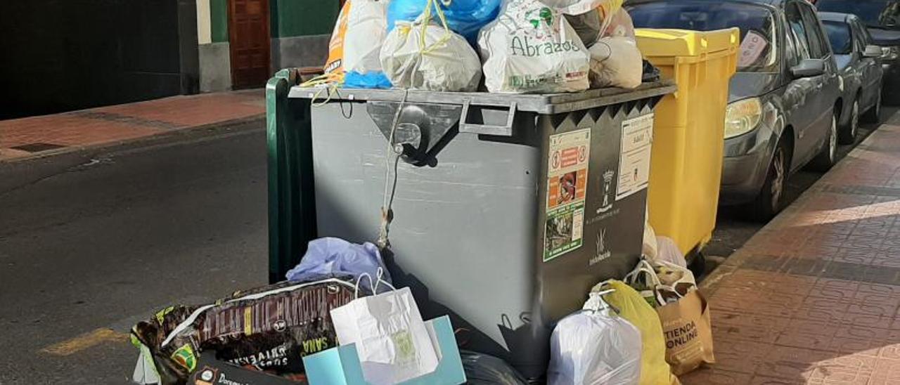 Bolsas de basura apiladas fuera de un contenedor en el municipio de Telde