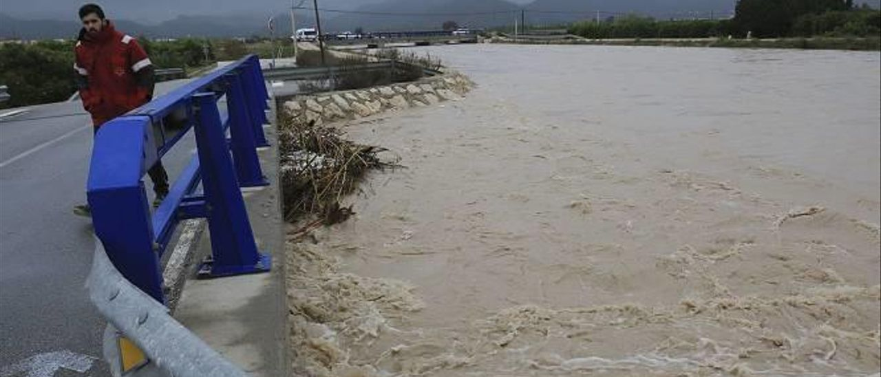 La rambla de la Gallinera en Oliva, desbordada durante la jornada del 19 de diciembre pasado a consecuencia de las fuertes lluvias.