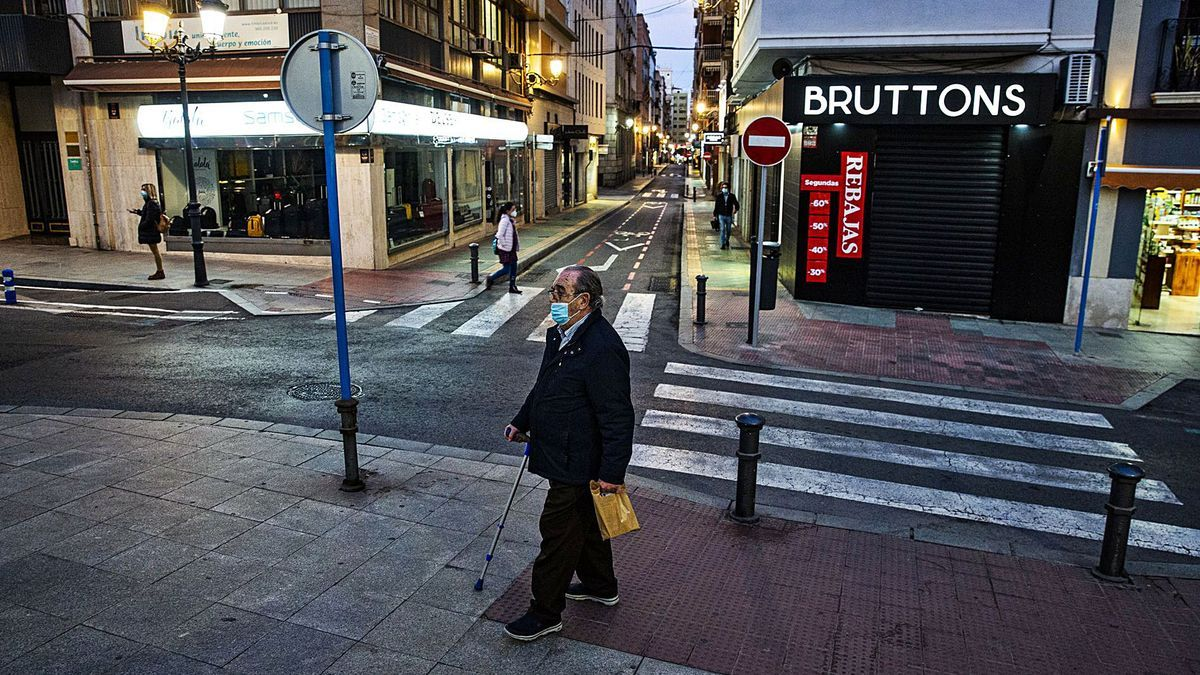 Shops closed in the afternoon in one of the main commercial areas of Alicante.