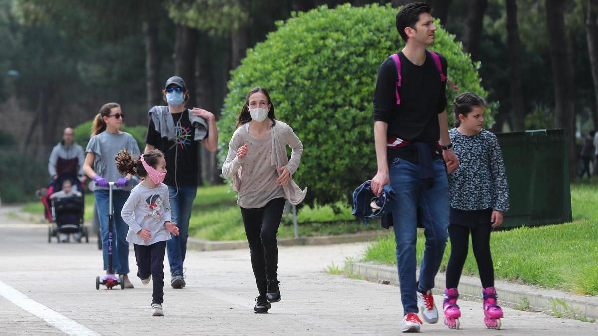 Padres con sus hijos en Valencia.