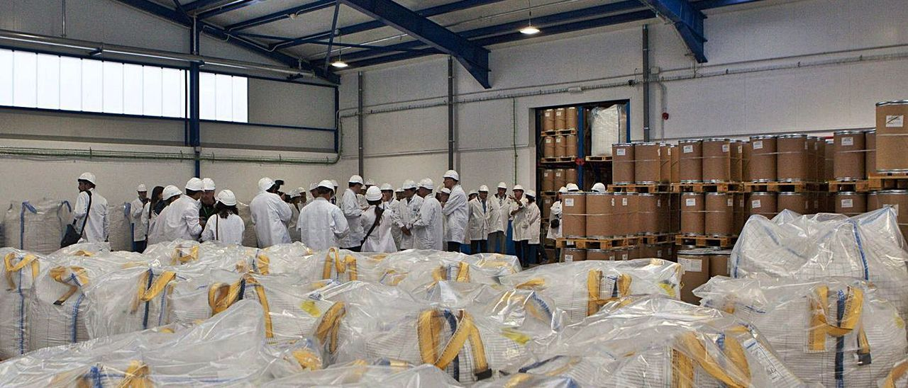 Una visita a las instalaciones con motivo del 75 aniversario de la factoría de Bayer en Langreo.   Fernando Rodríguez