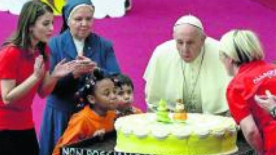 El Papa sopla las  velas de los 82 años