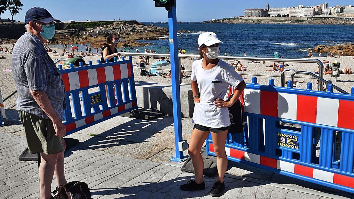 Uno de los puntos de acceso a la playa de Riazor durante el pasado verano.