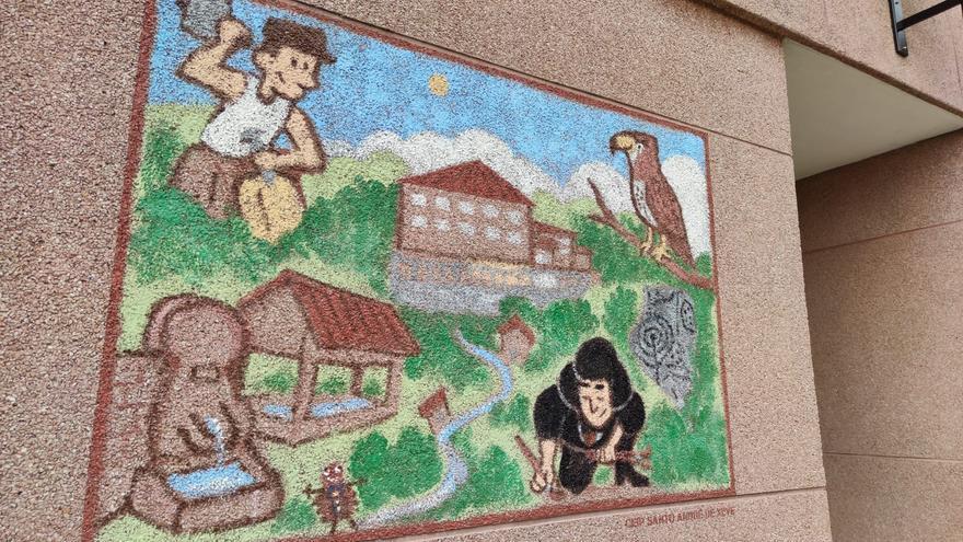 La pintora Mercedes Ruibal y los canteros protagonizan el mural del colegio de Xeve