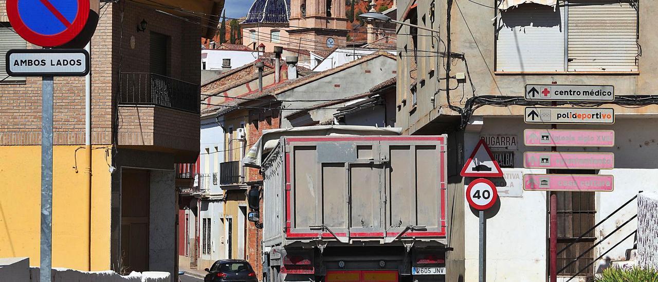 El tráfico pesado es el principal problema del pueblo; en la imagen un camión accede a la carretera de Pedralba | LEVANTE-EMV
