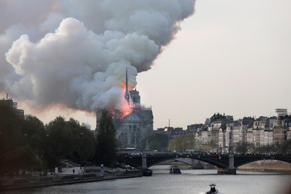 Un incendio devora la catedal de Notre-Dame.