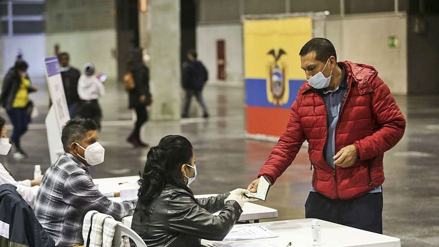 Más de 17.000 ecuatorianos eligen en València a su nuevo presidente