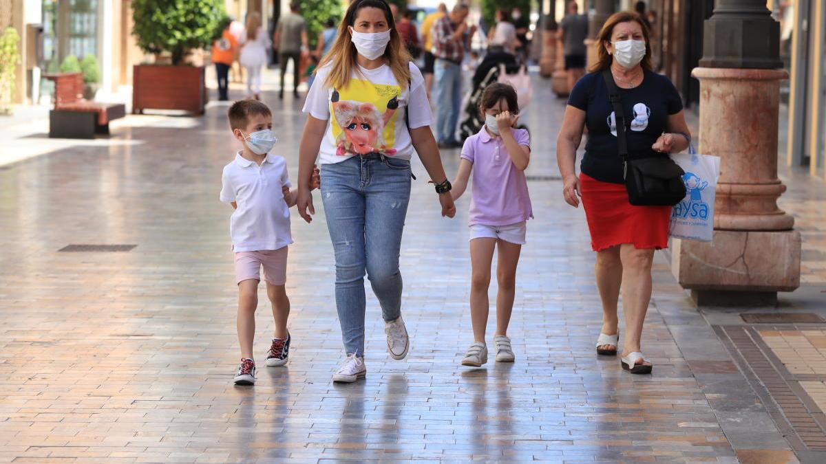 Dos menores pasean con mascarilla ayer en Cartagena.