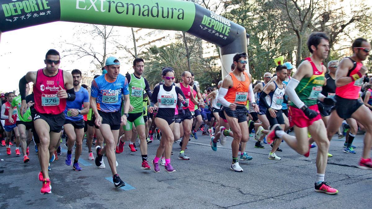 Corredores durante una media maratón de Cáceres.