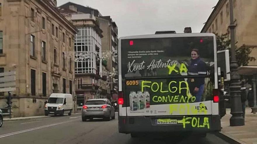 Grafitis en el bus urbano ante una posible huelga