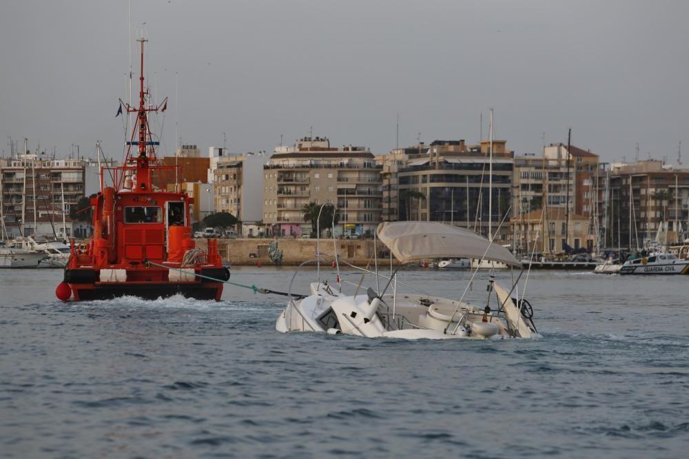 Remolque de la embarcación naufragada y extracción de los fardos