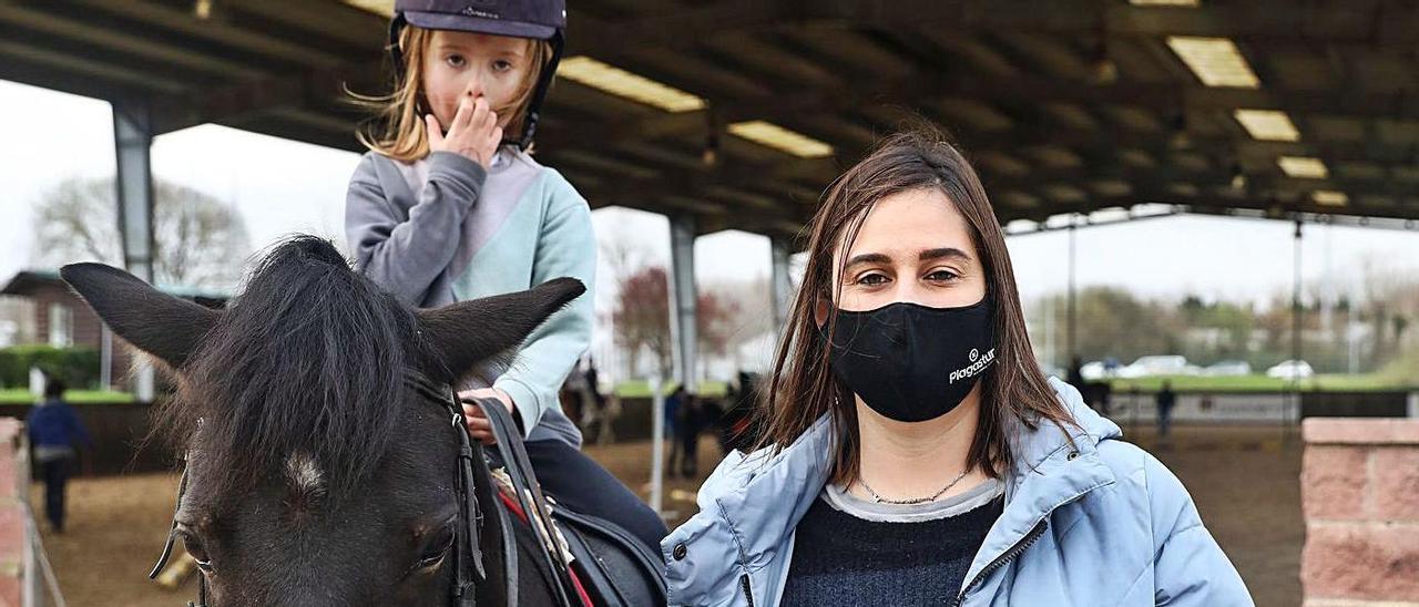 Ana Palacios posa con su hija Martina Boland en las instalaciones del Chas.