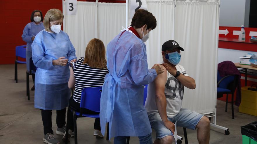 Asturias empieza a vacunar a los treintañeros: ya se está citando a los nacidos en los 80