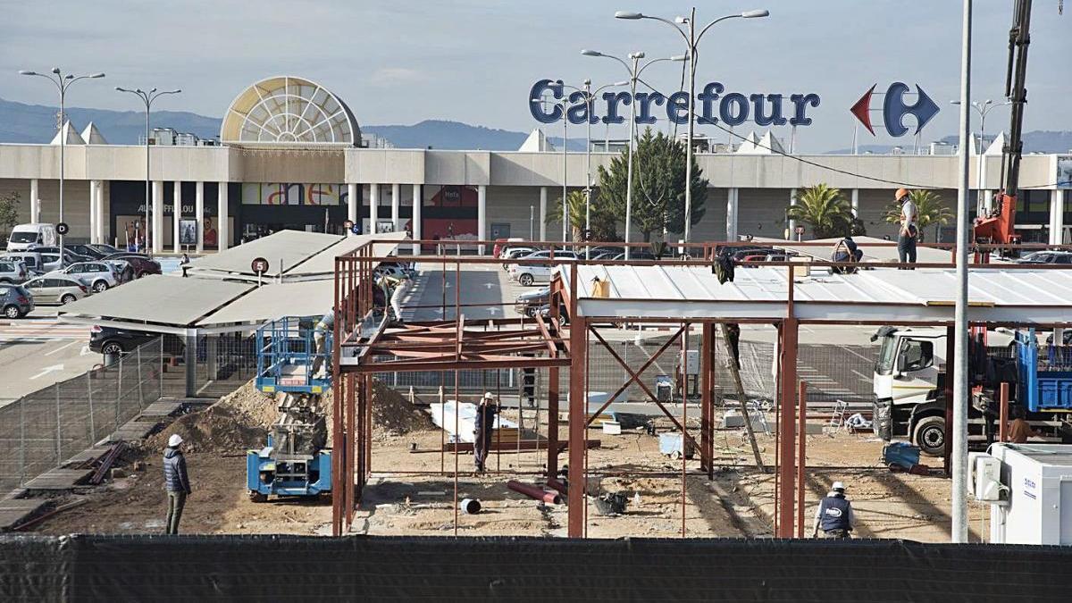 Obres de construcció del KFC a l'aparcament del Carrefour, ahir