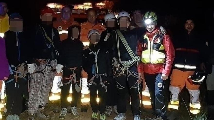 Los bomberos rescatan a 4 adultos y 2 niños perdidos en una montaña de Andilla