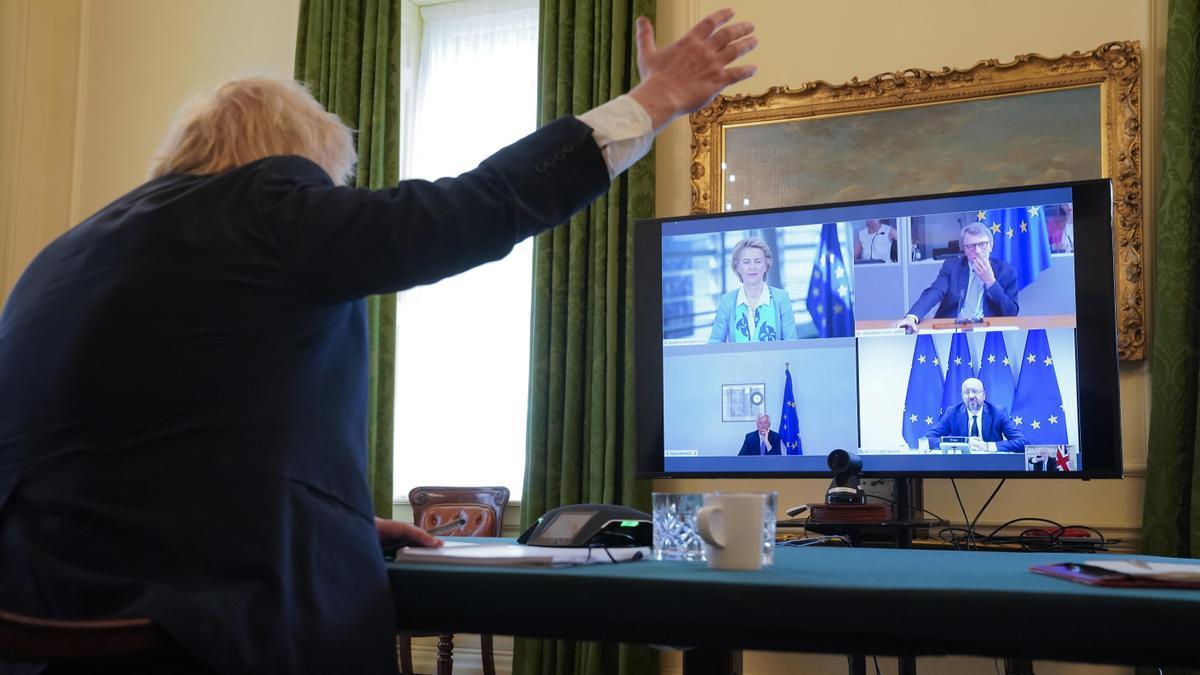El primer ministro, Boris Johnson, en una videollamada con los dirigentes de la UE.