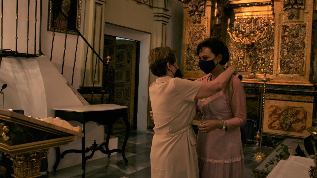 Joaquina Gil Arcas felicita a Tana García Mínguez tras ser nombrada presidenta.