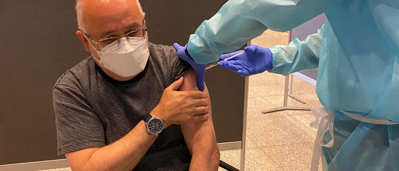 Antonio Morales en el momento de recibir la primera dosis de la vacuna de AstraZeneca
