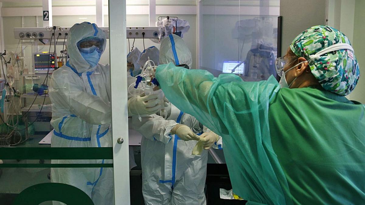 Trabajadores en la UCI del Hospital de Montecelo.  // POOL RAMÓN LEIRO