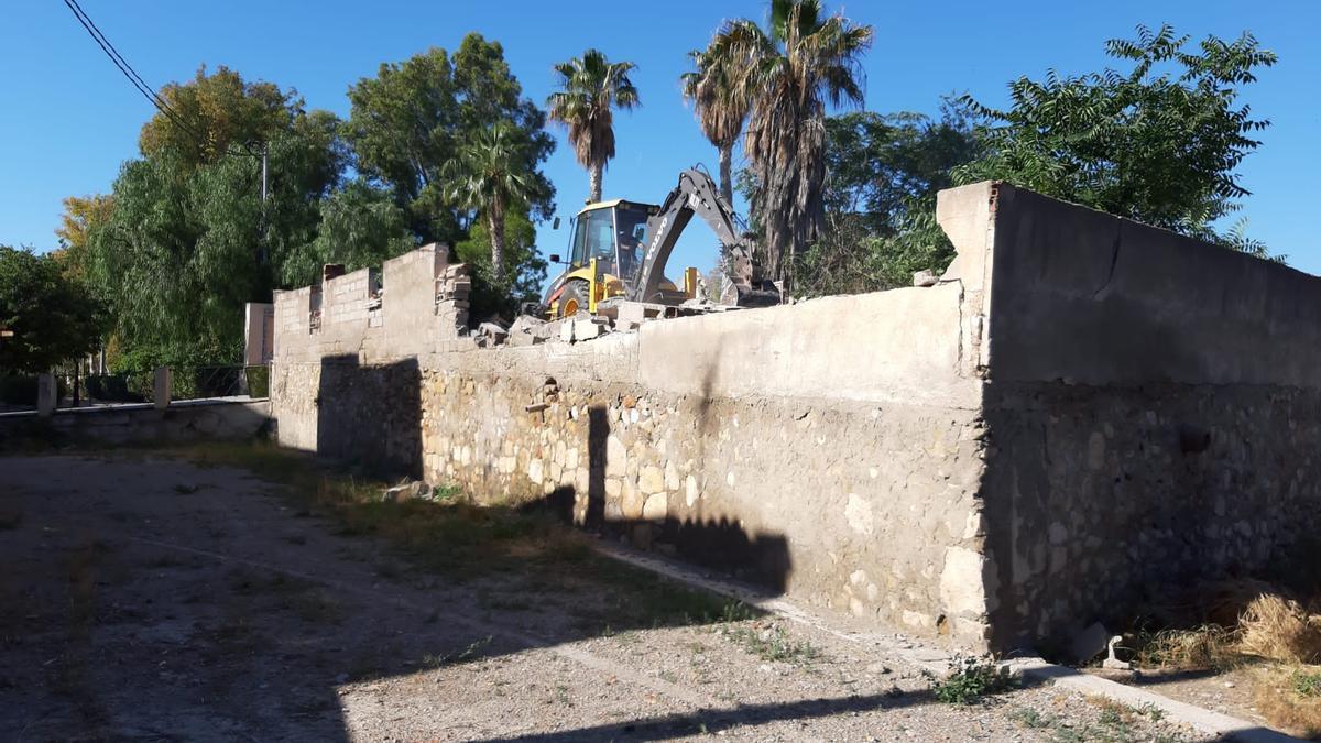 Una excavadora demuele una de las construcciones junto al Puente de la Torta.