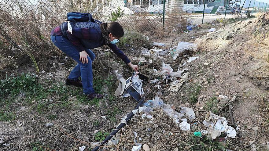 Basura y plásticos junto al estadio Martínez Valero