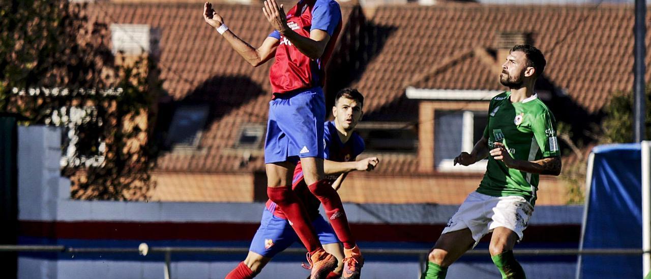 Madeira controla el balón ante un compañero, con el fabril José a la derecha. | Julián Rus