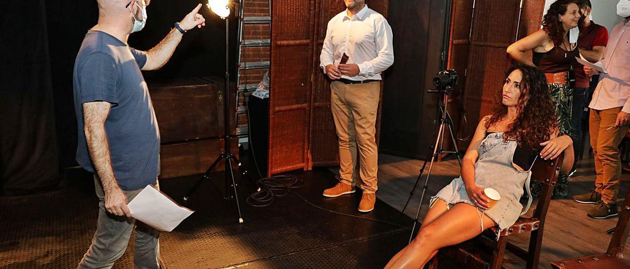 José Luis Velázquez, a la izquierda, dando instrucciones a los actores, ayer durante el rodaje.   Juan Plaza
