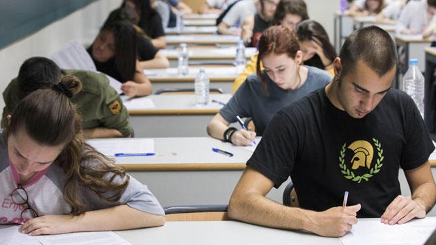 Educación estudia dar 100 euros más de beca a los alumnos de rentas más bajas