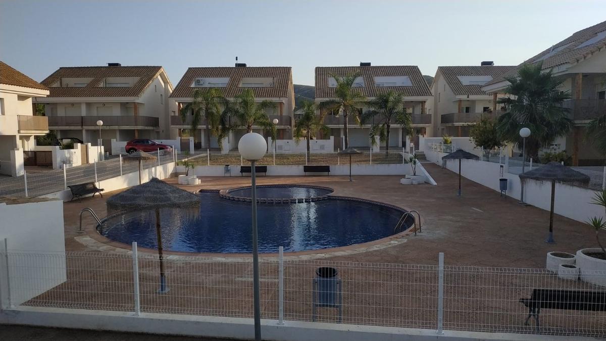 Imagen de este miércoles de la piscina que comparten algunos de los chalets afectados, en la urbanización Sierramar, en Peñíscola.