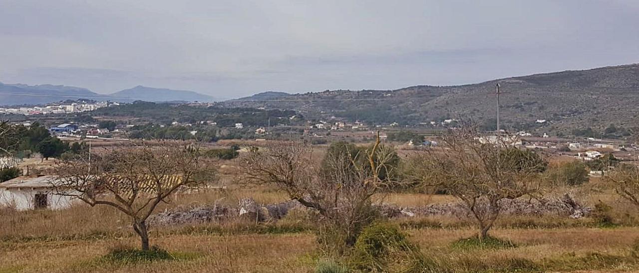El perfil de la Mallada Verda, montaña en la que se instalarían las torres eólicas. A la izquierda, el núcleo urbano de Benissa.  | A. P. F.