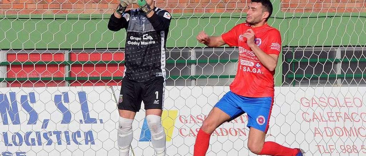 Josu, durante un partido de la UD Ourense esta temporada en el campo de O Couto. // Yedra Seara