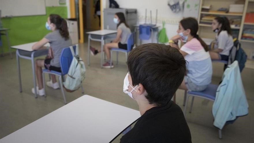 Canarias reduce a 47 docentes y 374 alumnos positivos con Covid-19