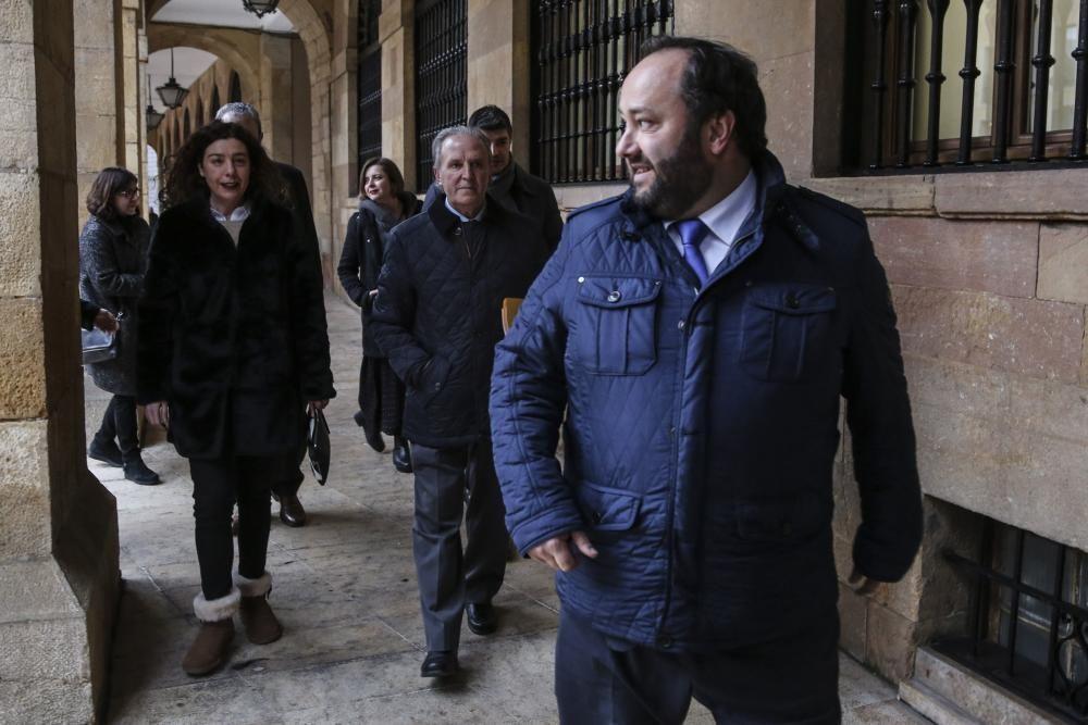 Llegada de los representantes del Real Oviedo al Ayuntamiento para tratar la situación del Tartiere