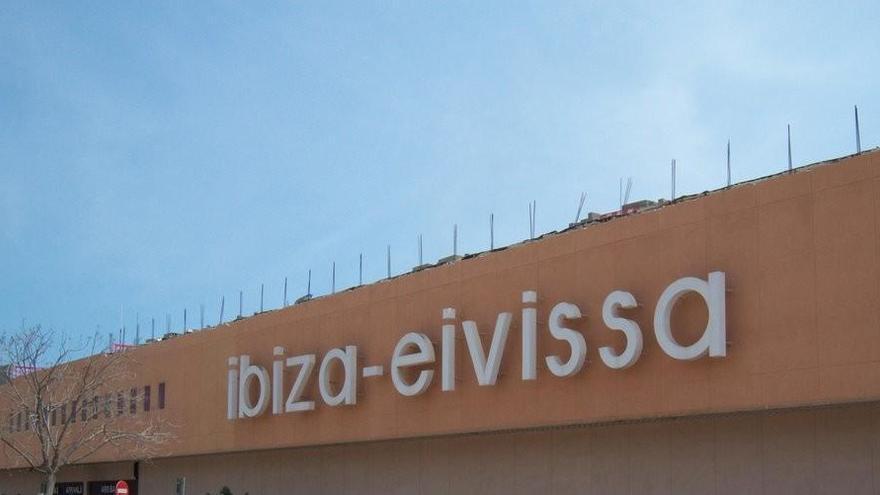 Un turista de 51 años fallece en el Aeropuerto de Ibiza  tras caerse cuando intentaba saltar una cadena
