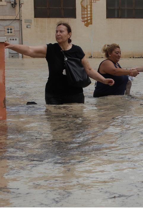 Evacuan la pedanía de Almoradí y desalojos en ...