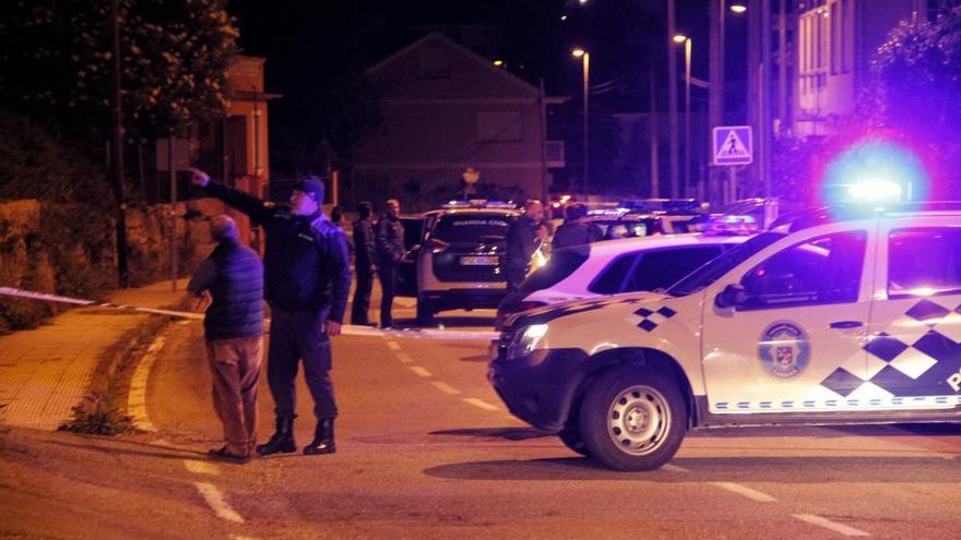 El vecino que se atrincheró con una escopeta en Cangas muere en el hospital