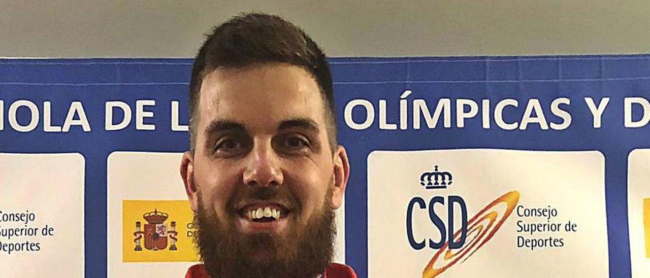 David Fernández, con su medalla de oro del Campeonato de España.