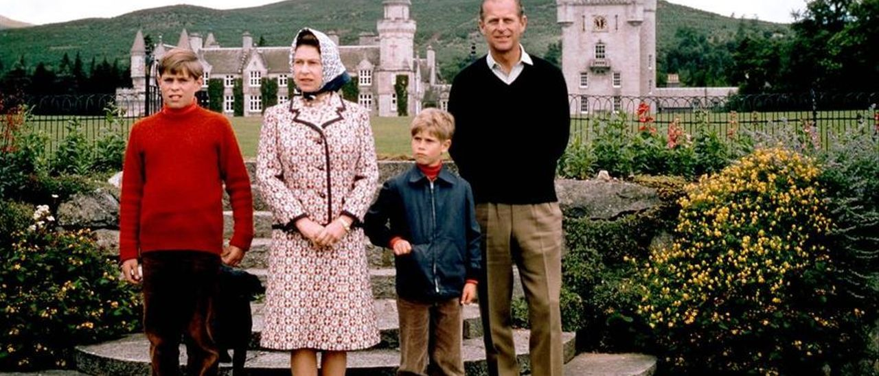 a Reina y el Duque con sus hijos, los Príncipes Andrés y Carlos, en 1972 en Balmoral.