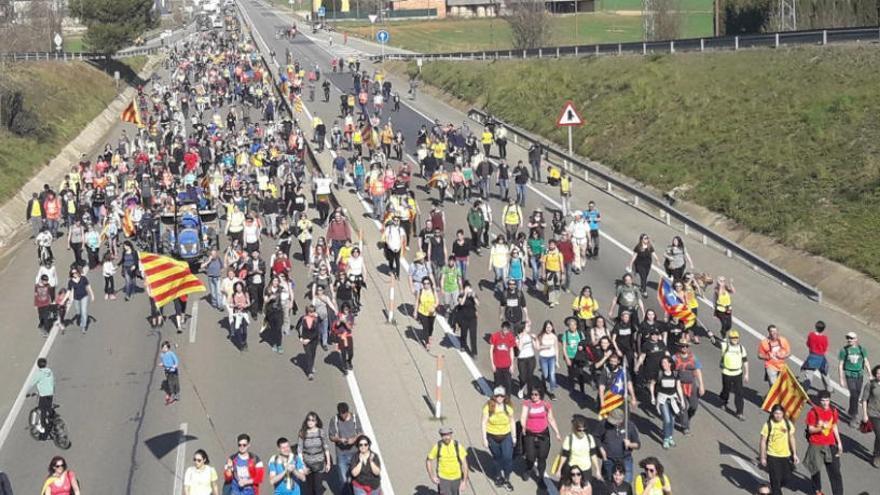 Centenars de persones es manifesten de Banyoles a Girona a peu
