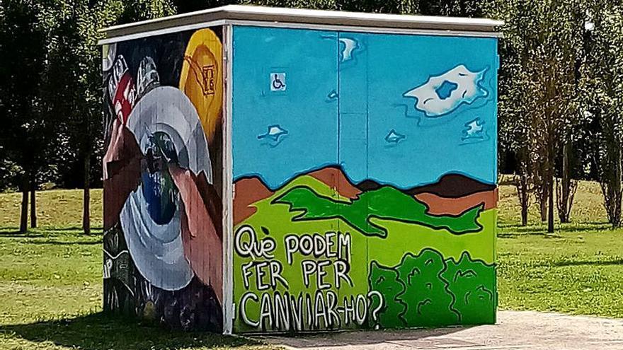 Joves dels casals d'estiu reivindiquen la cura del planeta amb un grafiti