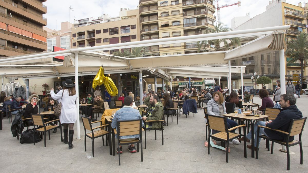 Tables and chairs last Saturday in the Central Market area of Alicante in the reopening of terraces