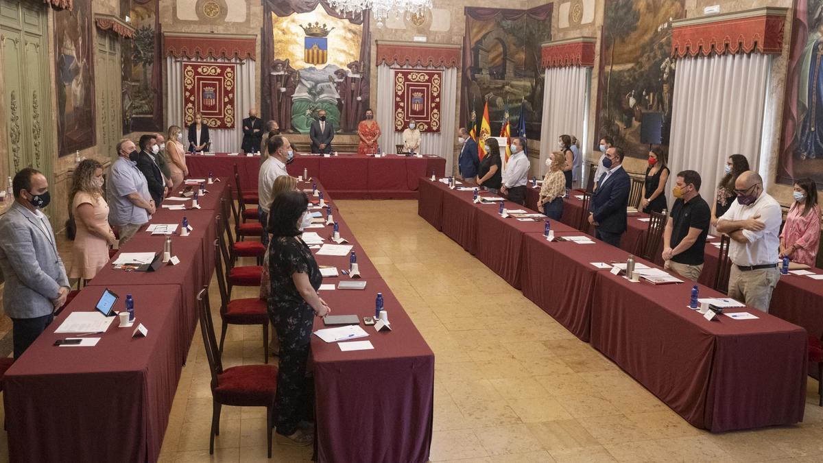 Los miembros de la Diputación guardan un minuto de silencio por las víctimas del derrumbe de Orpesa y en recuerdo del asesor de Compromís fallecido Joan Antoni Gines, este martes.