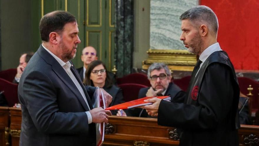 Junqueras intercambia documentación con su abogado Andreu Van Den Eynde